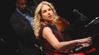 Daina Krall spielt Klavier.