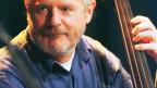 Der dänische Kontrabassist Nils-Henning Ørsted-Pederson während eins Konzerts