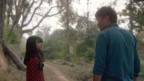 ein Mädchen und ein Mann stehen auf einem Weg