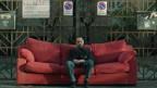 Mann auf Sofa am Strassenrand