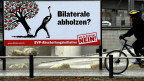 Die Plakatkampagne der Gegner: Ein Mann fällt einen Baum, der Früchte trägt.