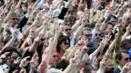 An der Appenzeller Landsgemeinde stimmt das Volk per Handaufheben.