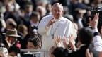 Ein Porträt des winkenden Papst Franziskus.