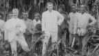 Auf der schwarz-weissen Fotografie sind die Vettern Fritz und Paul Sarasin zu sehen, wie sie vor Einheimischen der Insel Celebes stehen.