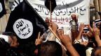 Eine Gruppe von Demonstranten mit Al-Qaida-Flaggen