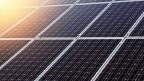 Nahaufnahme einer Photovoltaik-Anlage.