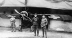 Zwei schweizer Soldaten vor einem französischen Flugzeug.