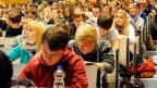 Ein Vorlesungssaal, der mit jungen Studenten gefüllt ist.