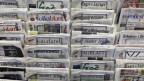 Verschiedne Zeitungen in einem Zeitungsständer