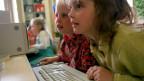 Mädchen vor dem Computer in der Schule.