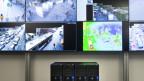 Mehrere Monitore mit Überwachungsbildern aus Genf.