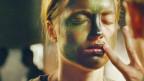Frau mit Carmouflage im Gesicht (Standbild aus «Les Combattants»)