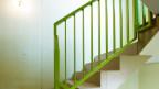 Im Laubengang und auf Treppe dürfen keine Schuhe stehen, findet der Hausabwart.