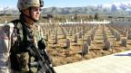 US-amerikanischer Soldat vor den Gräbern der Opfer von Halabdscha (23.2.2005).