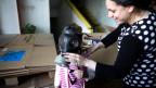 Ein kleines Mädchen in Syrien lernt, wie sie die Gasmaske anziehen muss.