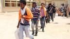 Flüchtlinge warten in der Hafenstadt Misrata auf den Transport in ein anderes Flüchtlingslager