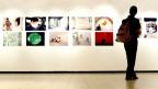 Eine Besucherin an der Ausstellung «Breaking the Silence» in Zürich