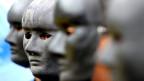 Indonesische Greenpeace Aktivisten tragen während einem Protest gegen Kohlekraft in Jakarta schwarze Masken