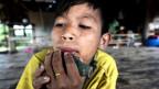 Fundstück des Vaters: ein Junge des Madija-Stammes im Nordwesten Brasilien spielt auf der Keramikflöte eines unkontaktierten Volkes.