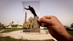 Ein Junge in Bagdad hällt ein Foto vom Fall der Saddam-Statue 2003 vor eine aktuelle Aufnahme des Firdos-Platzes.