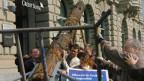 Aktion des Bruno Manser Fonds: vor der Credit Suisse in Zürich soll ein «Mahnbaum» auf die Abholzung des Regenwaldes durch den Holzkonzern Samling aufmerksam machen.