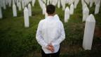 Die Spuren des Massakers: Ein Überlebender besucht die Gräber der Opfer von Srebrenica.