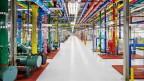 Farbige Röhren in einem Google Data Center.