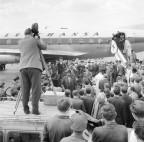 Zwischendruch auch prominente Gäste: US-Jazzpianist Count Basie 1959 am Flughafen Kloten.