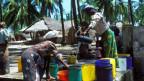 Die Handpumpen funktionieren nicht immer: Frauen an einem Brunnen auf Sansibar.