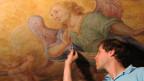 Eine filigrane Arbeit: Ein Restaurator arbeitet an einer Freske in der Klosterkirche Rheinau.