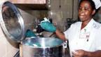 Das Reparieren der Geräte ist teuer: Eine Schwester in einem Spital im Aussenbezirk von Morogoro, Tansania.