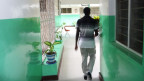Ein Mann in einer Gesundheitseinrichtung in Tansania.