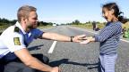 Ein dänischer Polizist spielt mit einem Mädchen, das mit seiner Familie versucht, zu Fuss nach Schweden zu gelangen.