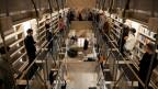 Personen stehen im Innern der «Maison d'Ecriture» in Montricher.