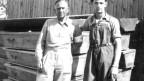 Oft konnten die Helfer die Opfer nur noch einsargen: Ein IKRK-Arzt und ein unbekannter Mann 1945 im KZ Dachau.