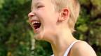 Ein Junge lacht.