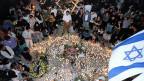 Kurz nach dem Attentat auf Jizchak Rabin trauern tausende Israelis auf der Strasse.