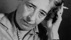 Hannah Arendt raucht.