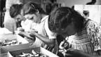 Einblick in den Kinderalltag: Zahnbürstenproduktion in Ebnat-Kappel, 1950.
