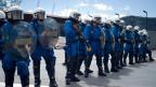 Eine Übung der Zürcher Stadtpolizei vor dem Fussballstadium Letzigrund.