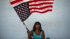 «Don't shoot us»: Eine schwarze Aktivistin schwingt eine US-Flagge.