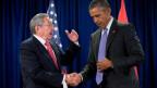 Zwei Staatsmänner schütteln sich die Hand.