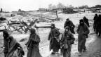 Deutsche Soldaten ergeben sich während der Schlacht um Stalingrad.
