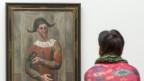Eine Frau sieht sich ein Werk von Picasso an.