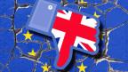 Symbolbild: Union Jack-Hand macht den Daumen nach unten, über einem zerbrochenen EU-Symbol