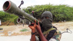 Ein Kämpfer der Al-Shabab Miliz hält eine Panzerabwehrwaffe.