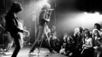 Die Ramones währende eines Konzertes im legendären New Yorker Club CBGB's.