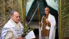 Zwei jüdische Männer feiern in einer Synagoge in Casablanca das Laubhüttenfest.
