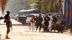 Mehrer Menschen flüchten vom Radisson Hotel in Bamako währen der Geiselnahme.