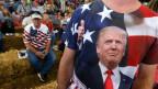 Trumpanhänger mit einem Donald Trump T-Shirt.